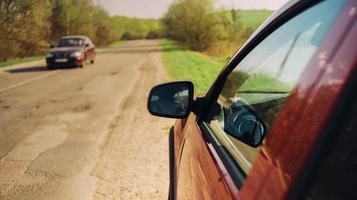 röda bilar på vägen foto