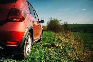 röd bil på landsbygden foto