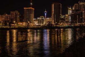staden Calgary på natten foto