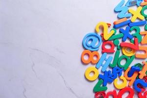 färgglada plastbokstäver på vit bakgrund foto