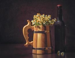 kamomillblommor och öl foto