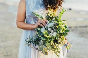 brud som håller bröllopsbukett foto