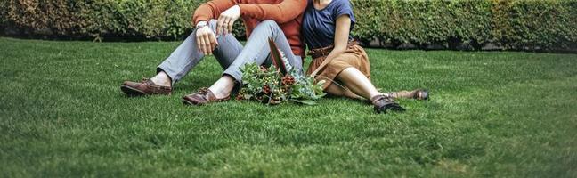 par på gräs med blommor foto