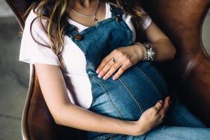 gravid kvinna i overaller foto