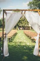 utomhus bröllop båge foto