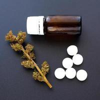 medicinsk marijuana, torra knoppar och piller foto
