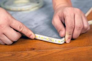 arbetstagaren installerar strip led-belysning foto