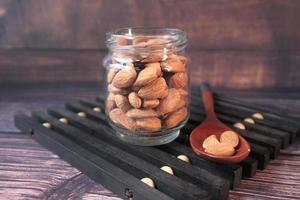 närbild av mandlar i en burk på bordet foto