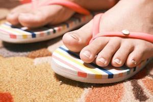kvinnors fötter i en sandal foto