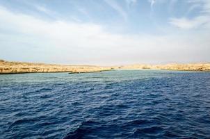 stenig kust och hav foto
