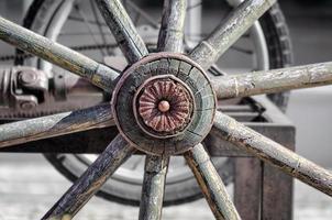 närbild av ett trähjul foto