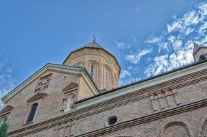 tittar upp på den georgiska ortodoxa kyrkans tempel foto
