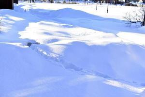 snöig yta på vintern med skuggor på kvällen foto