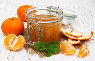 mandarinsylt på ett bord foto