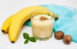 banansmoothie med choklad på en gammal vit träbakgrund foto