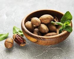 pekannötter i skålen foto