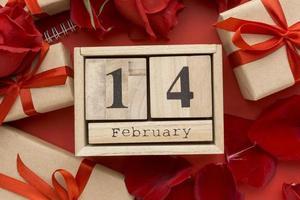 Alla hjärtans dag koncept på röd bakgrund med gåvor foto