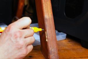 restaurering och reparation av trämöbler närbild foto