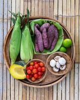 ekologiska livsmedelsbakgrundsgrönsaker i träbrickan. foto