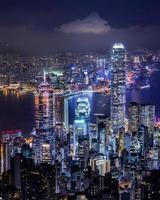 Hong Kong skyline på kvällen sett från Victoria Peak, Hong Kong, Kina.