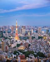 stadsbilden i tokyo på kvällen