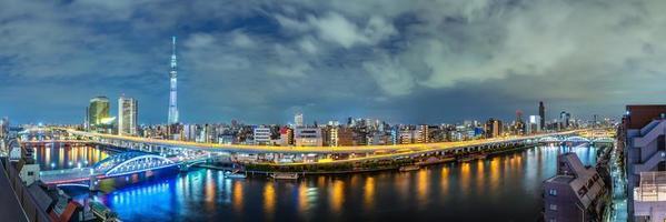 stadsbilden i tokyo på kvällen foto
