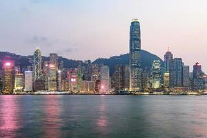 Hong Kong skyline på kvällen sett från Kowloon, Hong Kong, Kina