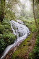 vattenfall vid Inthanon nationpark, Chiangmai, Thailand foto