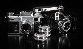 två vintagekameror och linser foto