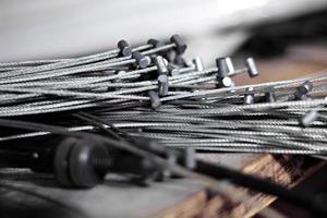 hög med gamla metallbromskablar, kabeltrådar som väntar på återvinning foto