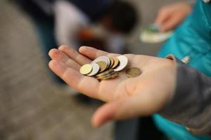 mynt i handen, spara pengar koncept foto