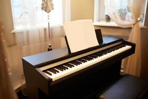 piano i det inre av ett hus foto