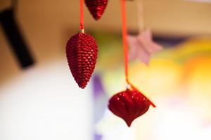 röda julprydnader, stjärnor. god julkort. vinter semester tema. gott nytt år. utrymme för text foto