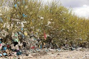 hög med inhemskt sopor på deponin. Ukraina, Rivne. 22 april 2020. foto