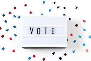 ordet rösta på vit bakgrund foto