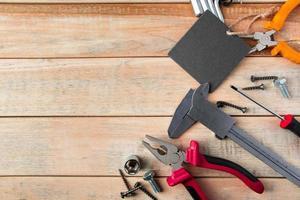 födelsedagskortbegrepp, uppsättning konstruktionsverktyg på träbakgrund foto