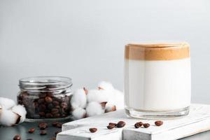iced dalgona kaffe på en grå bakgrund foto