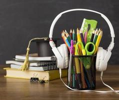 skolmaterial på ett skrivbord foto