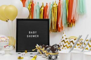 baby shower med streamers och ballonger foto
