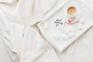 bricka med kaffe vid sängen. upplösning och vackert foto av hög kvalitet