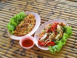 två tallrikar med thailändsk mat foto
