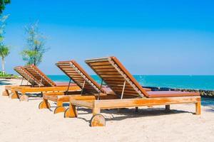 paraplypool och stol på stranden