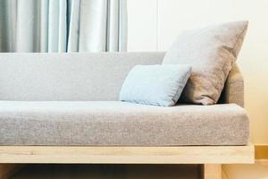 kudde på soffan foto