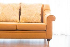 kudde på soffadekoration i vardagsrumsinredning foto