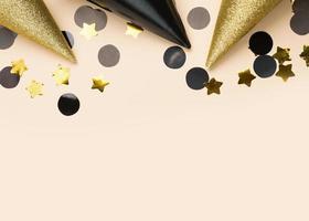 svart och gul födelsedag dekorationer, kopia utrymme foto
