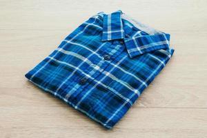 skjorta på träbakgrund foto