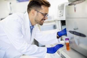 forskare som arbetar med laboratorieutrustning foto