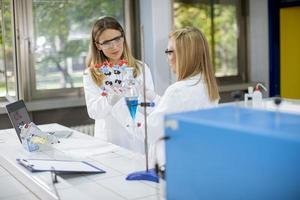 kvinnliga kemister håller molekylär modell i laboratoriet foto