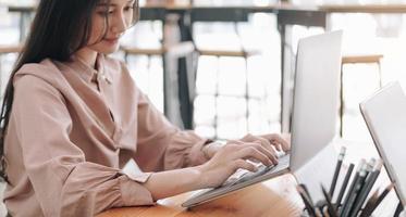 entreprenör som använder bärbar dator vid skrivbordet foto
