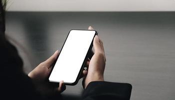 närbild av en kvinna som håller en telefonmodell foto